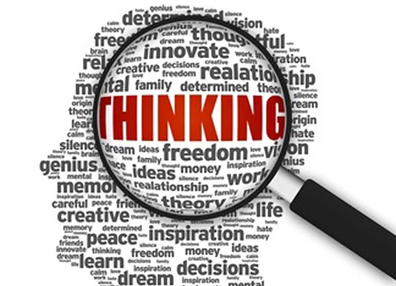 Abbildung eines Kopes aus Worten, eine darüber leigende Lufe vergrößert das Wort Thinking